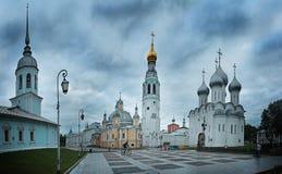 Καθεδρικός ναός εκκλησιών στην πόλη βραδιού Στοκ Φωτογραφίες