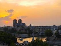 Καθεδρικός ναός και ο ποταμός Σηκουάνας της Notre Dame στο Παρίσι στο ηλιοβασίλεμα Στοκ Εικόνες