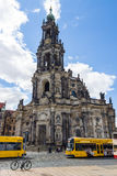 Καθεδρικός ναός της ιερής τριάδας (Katholische Hofkirche) και του τραμ πόλεων Στοκ Εικόνες