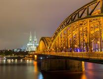Καθεδρικός ναός της Κολωνίας και γέφυρα Hohenzollern στο σούρουπο Στοκ εικόνα με δικαίωμα ελεύθερης χρήσης