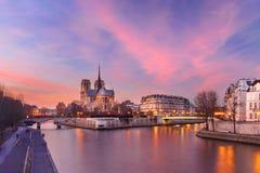 Καθεδρικός ναός της Παναγίας των Παρισίων στο ηλιοβασίλεμα, Γαλλία Στοκ Φωτογραφίες