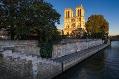 Καθεδρικός ναός της Notre Dame και ποταμός του Σηκουάνα στο ηλιοβασίλεμα Γαλλία Παρίσι Στοκ φωτογραφίες με δικαίωμα ελεύθερης χρήσης