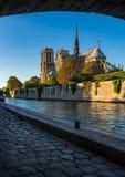 Καθεδρικός ναός της Notre Dame στο ηλιοβασίλεμα και την όχθη ποταμού του Σηκουάνα, Παρίσι Στοκ φωτογραφία με δικαίωμα ελεύθερης χρήσης