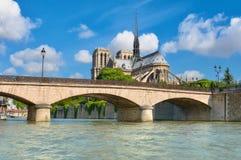 Καθεδρικός ναός της Notre Dame στο Παρίσι στην άνοιξη Στοκ Φωτογραφία