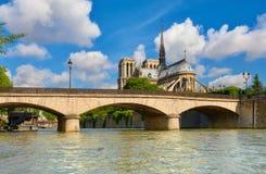 Καθεδρικός ναός της Notre Dame στο Παρίσι στην άνοιξη Στοκ φωτογραφία με δικαίωμα ελεύθερης χρήσης