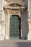 Καθεδρικός ναός του Μιλάνου – πρώτη σωστή πόρτα Στοκ Εικόνες