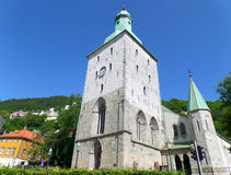 Καθεδρικός ναός του Μπέργκεν, ζαλίζοντας μεσαιωνική εκκλησία πετρών ενάντια στο ζωηρό μπλε σαφή ουρανό Στοκ Φωτογραφία