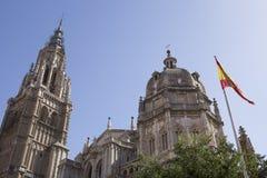 Καθεδρικός ναός του Τολέδο με την ισπανική σημαία Στοκ Φωτογραφίες