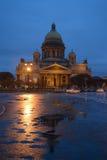 Καθεδρικός ναός του ST Isaac και η αντανάκλασή του τη νύχτα μετά από τη βροχή Στοκ Εικόνες