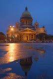 Καθεδρικός ναός του ST Isaac και η αντανάκλασή του τη νύχτα μετά από τη βροχή Στοκ εικόνες με δικαίωμα ελεύθερης χρήσης