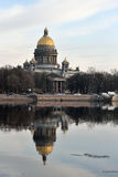 Καθεδρικός ναός του ST Isaac που απεικονίζεται στον ποταμό Neva Στοκ εικόνες με δικαίωμα ελεύθερης χρήσης