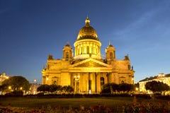 Καθεδρικός ναός του ST Isaac στην Άγιος-Πετρούπολη τη νύχτα Στοκ Φωτογραφία