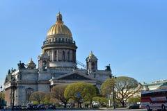 Καθεδρικός ναός του ST Isaac ` s μια σαφή ηλιόλουστη ημέρα στη Αγία Πετρούπολη μέσα Στοκ Φωτογραφία