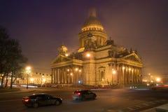 Καθεδρικός ναός του ST Isaac ` s στο αστικό τοπίο της ομιχλώδους νύχτας Μαρτίου Άγιος-Πετρούπολη Στοκ Εικόνες