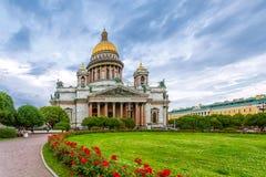 Καθεδρικός ναός του ST Isaac ` s στο νεφελώδη καιρό με τα λουλούδια Στοκ Εικόνες