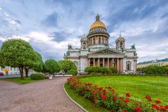 Καθεδρικός ναός του ST Isaac ` s στο νεφελώδη καιρό με τα λουλούδια Στοκ εικόνες με δικαίωμα ελεύθερης χρήσης