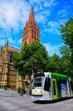 Καθεδρικός ναός του ST Paul's και σύγχρονο τραμ στη Μελβούρνη Στοκ φωτογραφία με δικαίωμα ελεύθερης χρήσης