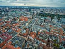 Καθεδρικός ναός του ST Stephen ` s στη Βιέννη, Αυστρία Στέγη και εικονική παράσταση πόλης στο υπόβαθρο Στοκ Εικόνες