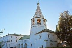 Καθεδρικός ναός belltower και Annunciation εκκλησία Archbishop& x27 αίθουσες του s στο Κρεμλίνο στο Σούζνταλ, Ρωσία Στοκ φωτογραφία με δικαίωμα ελεύθερης χρήσης