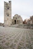 Καθεδρικός ναός Erice με τον πύργο κουδουνιών του: άποψη από το τετράγωνο μέσα για Στοκ φωτογραφία με δικαίωμα ελεύθερης χρήσης