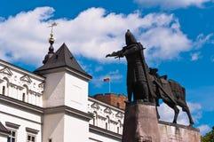 Καθεδρικός ναός, Gediminas Castle, και μεγάλο άγαλμα δουκών στοκ φωτογραφία