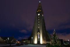Καθεδρικός ναός Hallgrimskirkja στο Ρέικιαβικ, Ισλανδία στο λυκόφως Στοκ Εικόνες