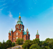 Καθεδρικός ναός Uspenski, Ελσίνκι στη θερινή ηλιόλουστη ημέρα Κόκκινη εκκλησία μέσα Στοκ φωτογραφία με δικαίωμα ελεύθερης χρήσης