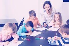 Καθηγητής και στοιχειώδης σχεδιασμός παιδιών ηλικίας Στοκ Φωτογραφία