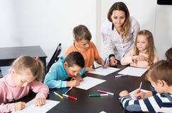 Καθηγητής και στοιχειώδης σχεδιασμός παιδιών ηλικίας Στοκ εικόνες με δικαίωμα ελεύθερης χρήσης