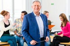 Καθηγητής κολλεγίου στην κατηγορία με τους σπουδαστές Στοκ Εικόνες