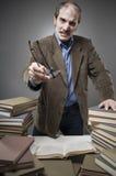 0 καθηγητής με έναν σωρό των βιβλίων Στοκ Εικόνες