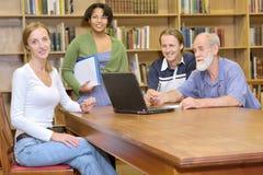 Καθηγητής με τους σπουδαστές Στοκ φωτογραφία με δικαίωμα ελεύθερης χρήσης