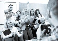 Καθηγητής που παίρνει μια φωτογραφία των σπουδαστών στοκ φωτογραφίες