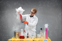 Καθηγητής στο εργαστήριο που πραγματοποιεί τα χημικά πειράματα Στοκ εικόνες με δικαίωμα ελεύθερης χρήσης