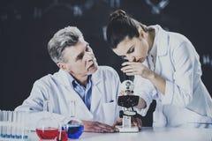 Καθηγητής Explains Student About που χρησιμοποιεί το μικροσκόπιο στοκ φωτογραφία με δικαίωμα ελεύθερης χρήσης