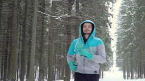 Καθημερινά τρέχοντας σε ένα χειμερινό πάρκο απόθεμα βίντεο