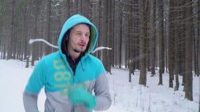 Καθημερινά τρέχοντας σε ένα χειμερινό πάρκο φιλμ μικρού μήκους
