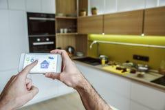 Καθημερινή ρουτίνα ατόμων αγάμων στην έξυπνη εγχώρια εφαρμογή έννοιας τρόπου ζωής κουζινών ενιαία στοκ εικόνα με δικαίωμα ελεύθερης χρήσης