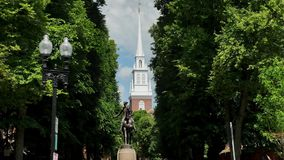 Καθιερώνοντας τον πυροβολισμό του Paul σεβαστείτε το άγαλμα κοντά στην παλαιά βόρεια εκκλησία φιλμ μικρού μήκους