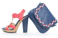 Καθιερώνοντα τη μόδα μπλε ναυτικά και ρόδινα παπούτσια, με το ταίριασμα της τσάντας Στοκ φωτογραφία με δικαίωμα ελεύθερης χρήσης