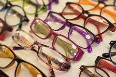 Καθιερώνοντα τη μόδα eyeglasses ονόματος εταηρείας στο κατάστημα ενδυμασίας με τις εκπτώσεις και το γ Στοκ εικόνα με δικαίωμα ελεύθερης χρήσης