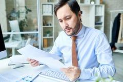 Καθιερώνον τη μόδα άτομο που εργάζεται με τα έγγραφα στοκ εικόνες