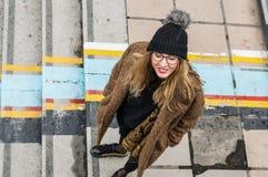 Καθιερώνον τη μόδα κορίτσι που στέκεται στα σκαλοπάτια Στοκ Φωτογραφίες