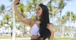 Καθιερώνον τη μόδα brunette που παίρνει selfie στην ηλιοφάνεια απόθεμα βίντεο