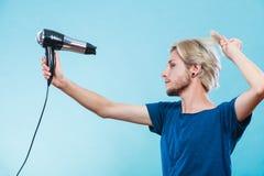 Καθιερώνον τη μόδα άτομο με το στεγνωτήρα τρίχας Στοκ φωτογραφία με δικαίωμα ελεύθερης χρήσης