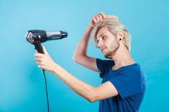 Καθιερώνον τη μόδα άτομο με το στεγνωτήρα τρίχας Στοκ Εικόνες