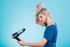 Καθιερώνον τη μόδα άτομο με το στεγνωτήρα τρίχας Στοκ Φωτογραφίες