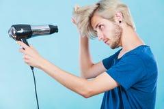 Καθιερώνον τη μόδα άτομο με το στεγνωτήρα τρίχας Στοκ φωτογραφίες με δικαίωμα ελεύθερης χρήσης