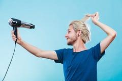 Καθιερώνον τη μόδα άτομο με το στεγνωτήρα τρίχας Στοκ Εικόνα