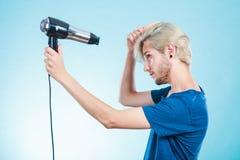 Καθιερώνον τη μόδα άτομο με το στεγνωτήρα τρίχας Στοκ εικόνες με δικαίωμα ελεύθερης χρήσης